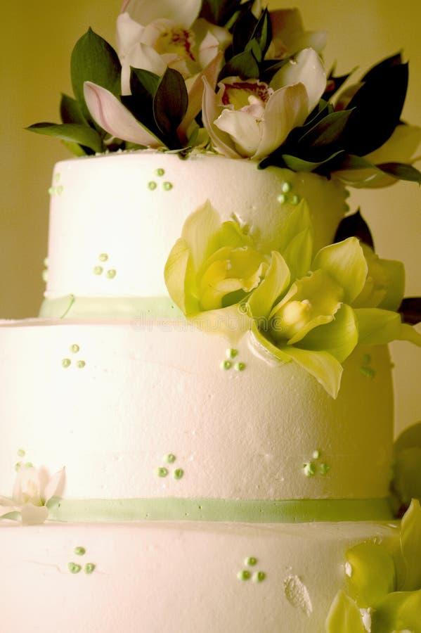 Hochzeitskuchen mit Orchideen lizenzfreies stockfoto