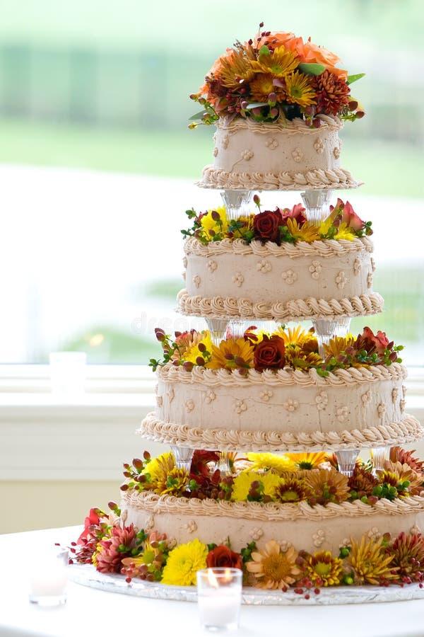 Hochzeitskuchen mit vier Stufen stockbilder