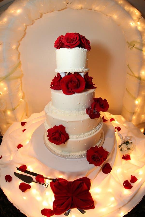Hochzeitskuchen-Rotrosen stockfotos
