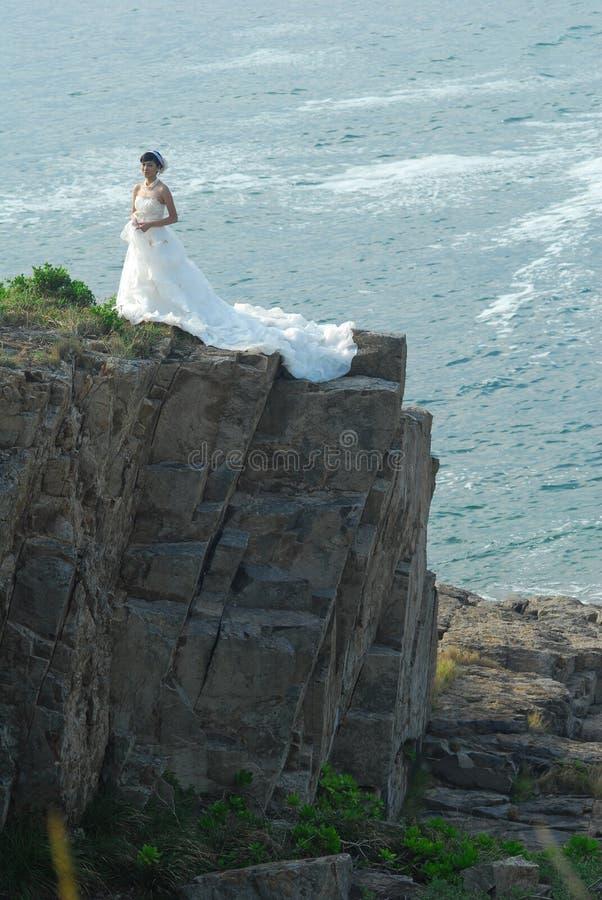 Hochzeitsmädchen in der Klippe stockfotos