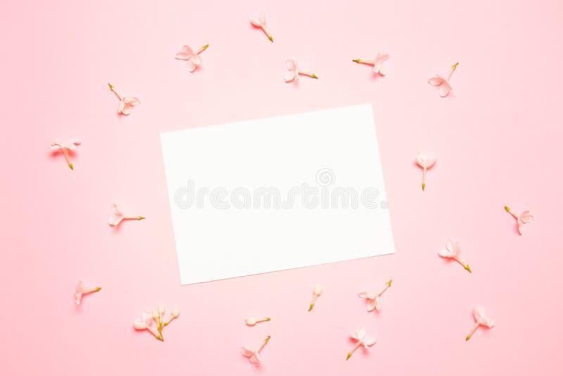 Hochzeitsmodell mit Weißbuchliste und Blumen auf blauem Hintergrund von oben Sch?nes Blumenmuster flache Lageart lizenzfreie stockbilder