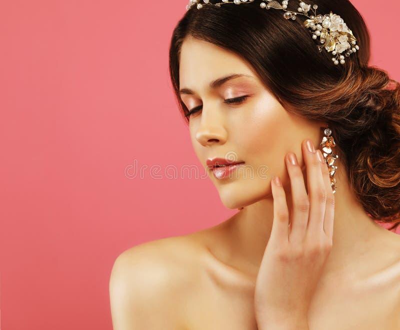 Hochzeitsohrringe auf einer weiblichen Hand, nimmt sie die Ohrringe, tr?gt Ohrringe stockfotografie