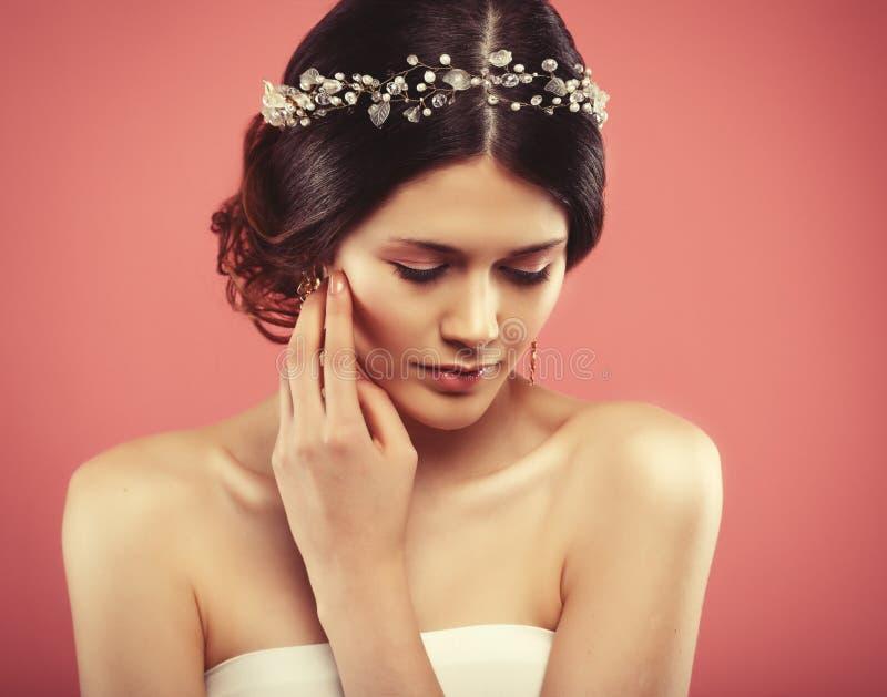 Hochzeitsohrringe auf einer weiblichen Hand, nimmt sie die Ohrringe, tr?gt Ohrringe stockbilder