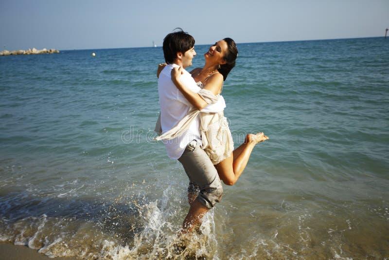 Hochzeitspaare auf dem Strand lizenzfreies stockbild