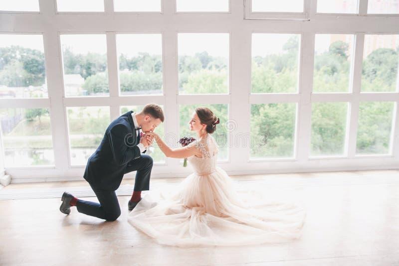 Hochzeitspaare auf dem Studio Glückliche Paare in der Weinlesekleidung Glückliche junge Braut und Bräutigam an ihrem Hochzeitstag lizenzfreies stockbild