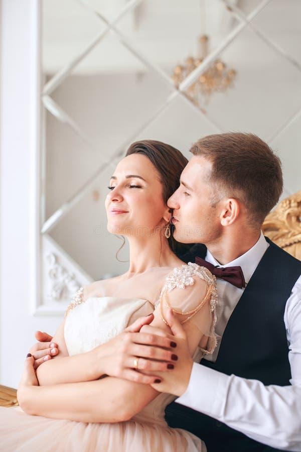 Hochzeitspaare auf dem Studio Glückliche Paare in der Weinlesekleidung Glückliche junge Braut und Bräutigam an ihrem Hochzeitstag stockbild