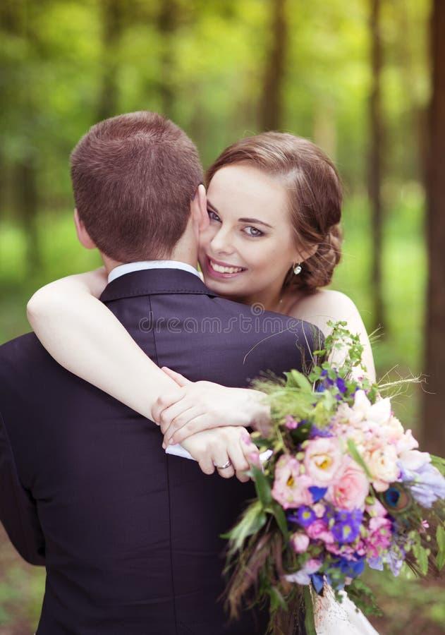 Hochzeitspaare auf einem Weg lizenzfreie stockfotos