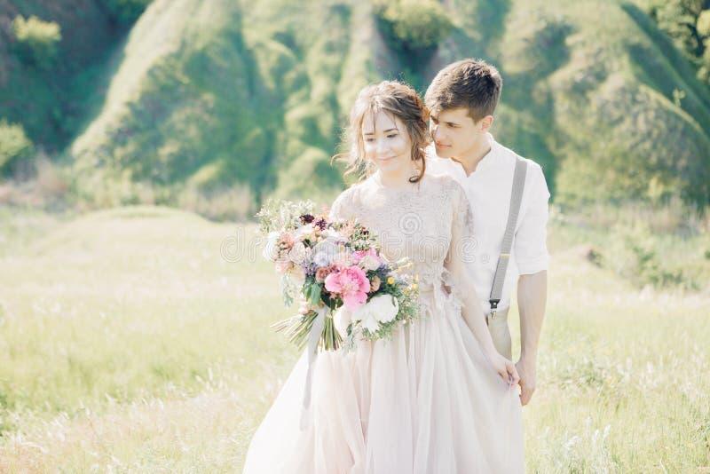 Hochzeitspaare auf Natur Braut und Bräutigam, die an der Hochzeit umarmen stockfotografie