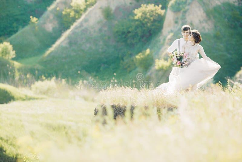 Hochzeitspaare auf Natur Braut und Bräutigam, die an der Hochzeit umarmen stockfoto