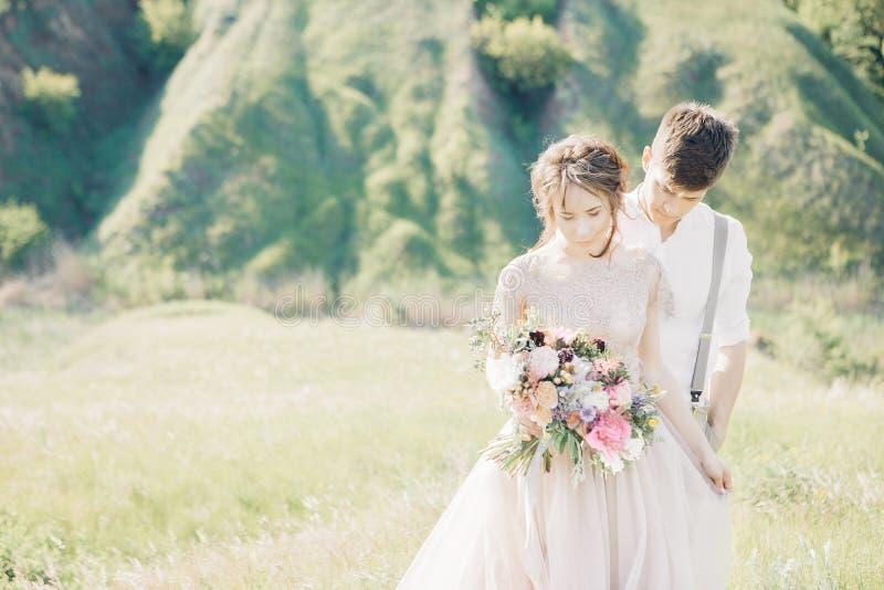 Hochzeitspaare auf Natur Braut und Bräutigam, die an der Hochzeit umarmen stockbilder