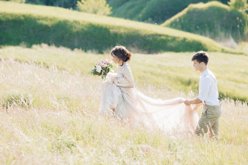 Hochzeitspaare auf Natur Braut und Bräutigam Fotografie der schönen Kunst lizenzfreie stockfotos