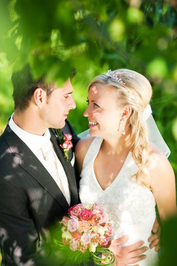 Hochzeitspaare in der romantischen Einstellung stockfotos