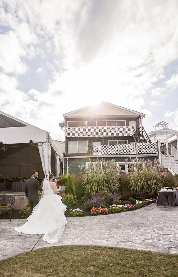 Hochzeitspaare, die in Aufnahme im Freien gehen lizenzfreie stockbilder