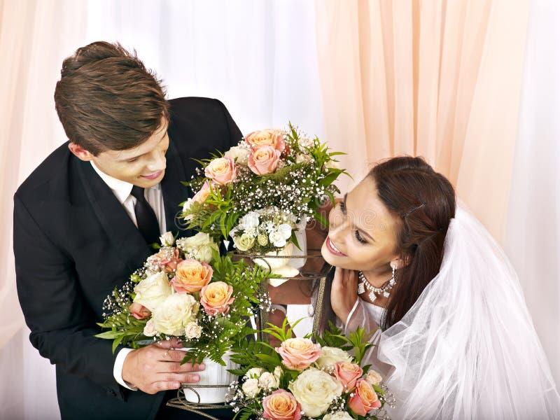 Hochzeitspaare, die Blume halten. lizenzfreie stockbilder