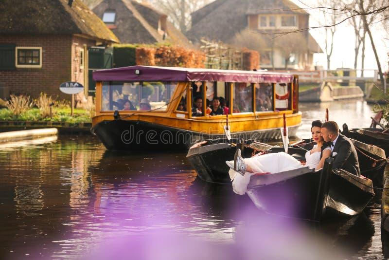 Hochzeitspaare, die im Boot aufwerfen lizenzfreies stockbild