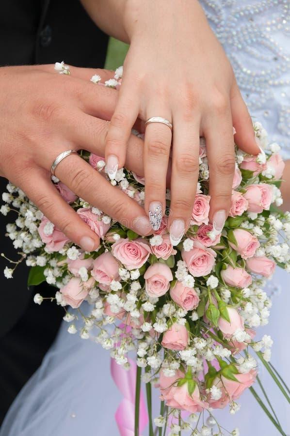 Hochzeitspaare, die Ringe zeigen lizenzfreies stockfoto