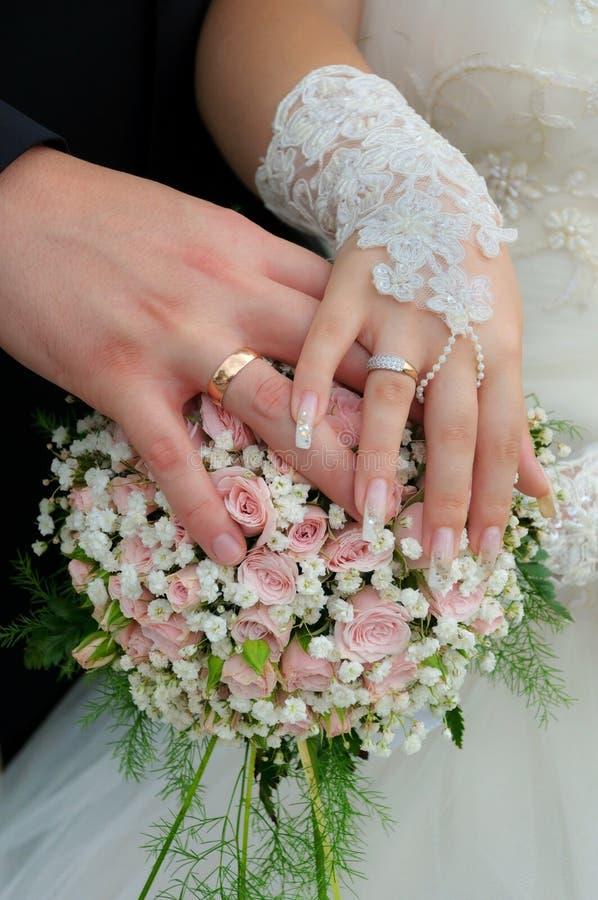 Hochzeitspaare, die Ringe zeigen stockbild