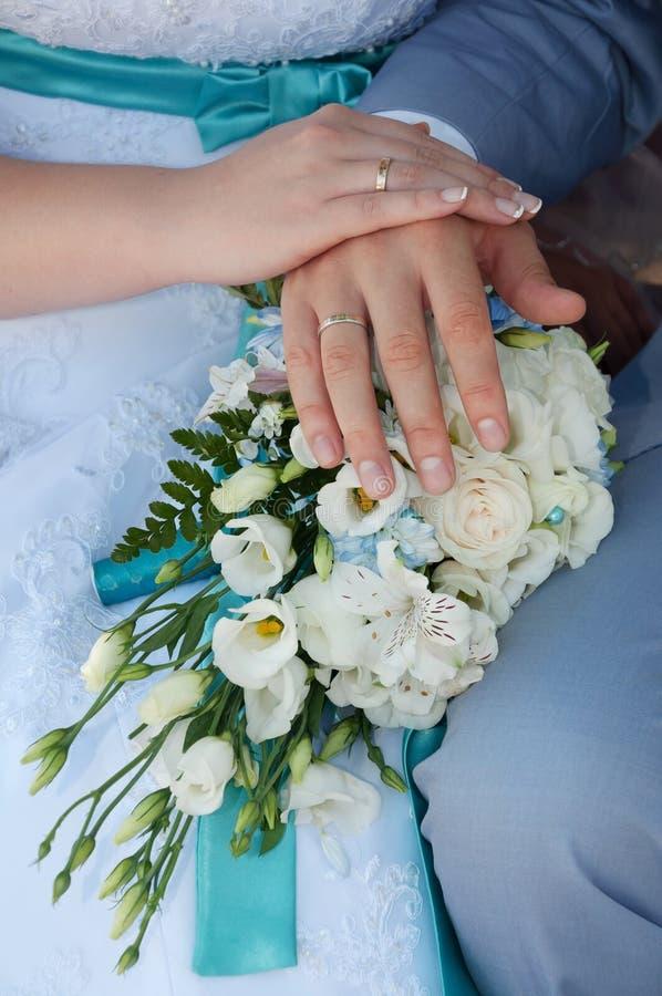 Hochzeitspaare, die Ringe zeigen stockfotos