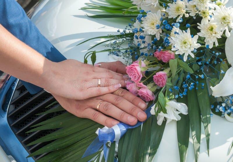 Hochzeitspaare, die Ringe zeigen lizenzfreie stockbilder