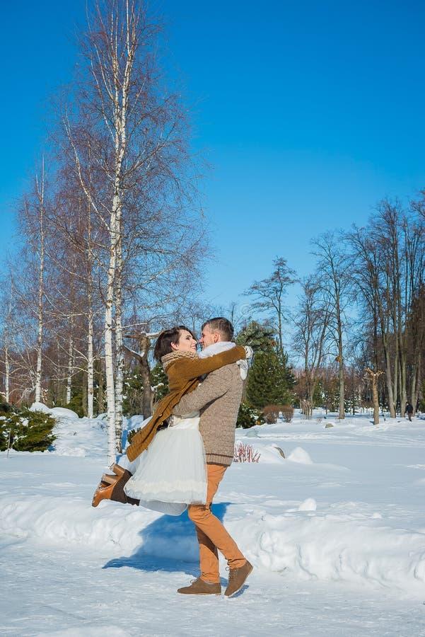 Hochzeitspaare in einem auffälligen verwelken Tag, Holding und haben den dansing Spaß rustikales Artkurzschluss-Hochzeitskleid Mä lizenzfreie stockfotos