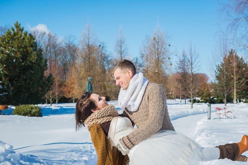 Hochzeitspaare in einem auffälligen verwelken Tag, Holding und haben den dansing Spaß rustikales Artkurzschluss-Hochzeitskleid Mä stockfotografie