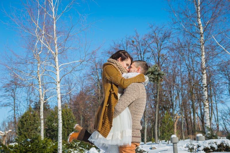 Hochzeitspaare in einem auffälligen verwelken Tag, Holding und haben den dansing Spaß rustikales Artkurzschluss-Hochzeitskleid Mä lizenzfreies stockbild