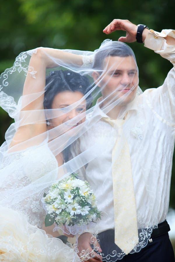 Hochzeitspaare an einem Park stockbild