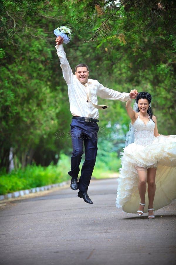 Hochzeitspaare an einem Park lizenzfreies stockbild