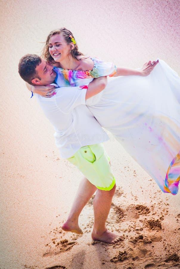Hochzeitspaare gerade geheiratet stockbild