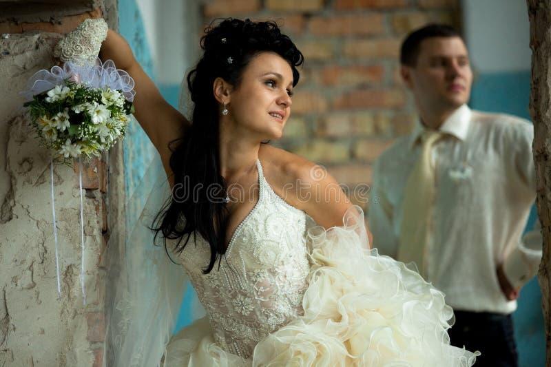 Hochzeitspaare am grunge Platz lizenzfreie stockfotografie