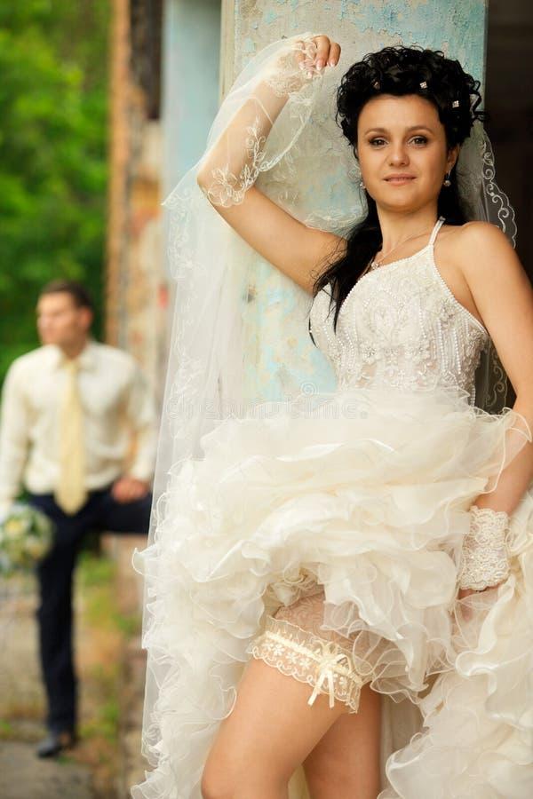 Hochzeitspaare am grunge Platz stockbilder
