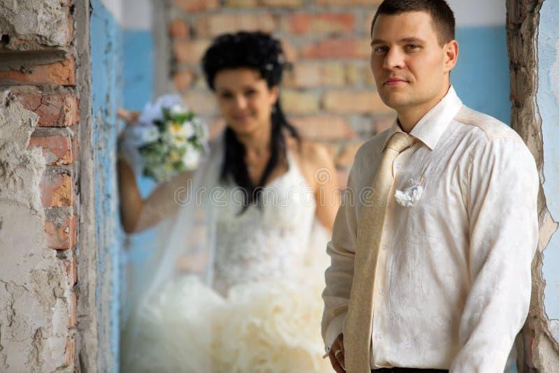 Hochzeitspaare am grunge Platz stockbild