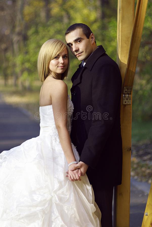 Hochzeitspaare am Herbstpark Schönes verheiratetes Paar im Th lizenzfreie stockfotografie