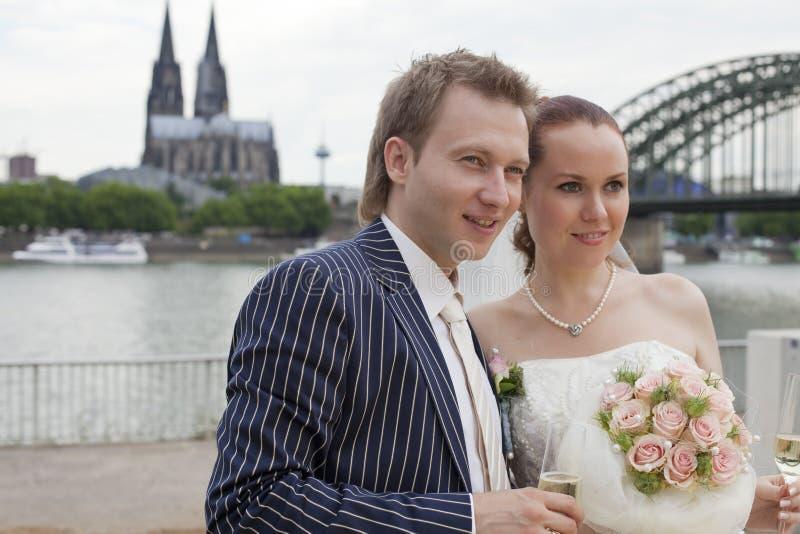 Hochzeitspaare im Cologne lizenzfreies stockfoto