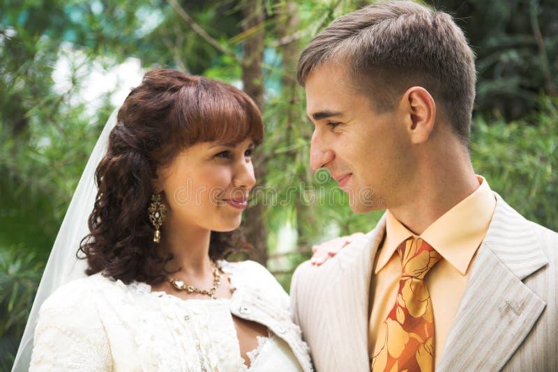 Hochzeitspaare im Freien lizenzfreies stockbild