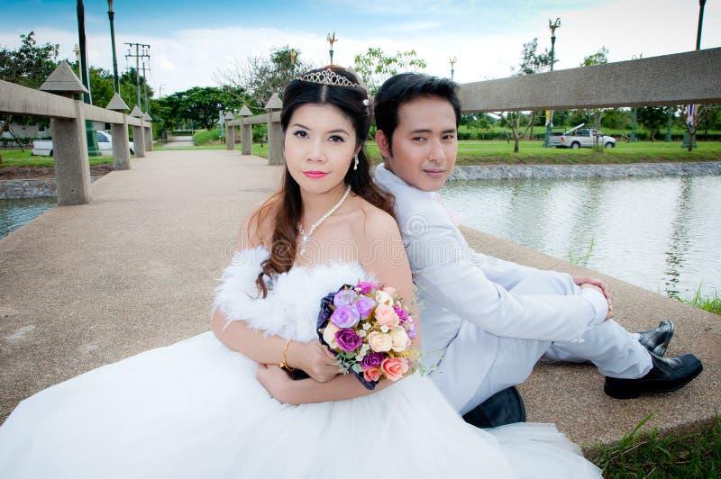 Hochzeitspaare im Park in Thailand lizenzfreies stockbild