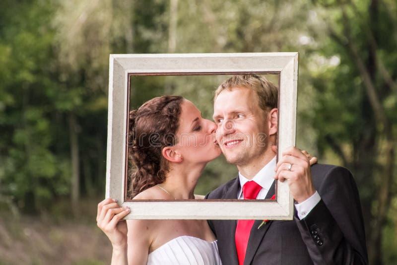 Hochzeitspaare im Rahmen stockbild