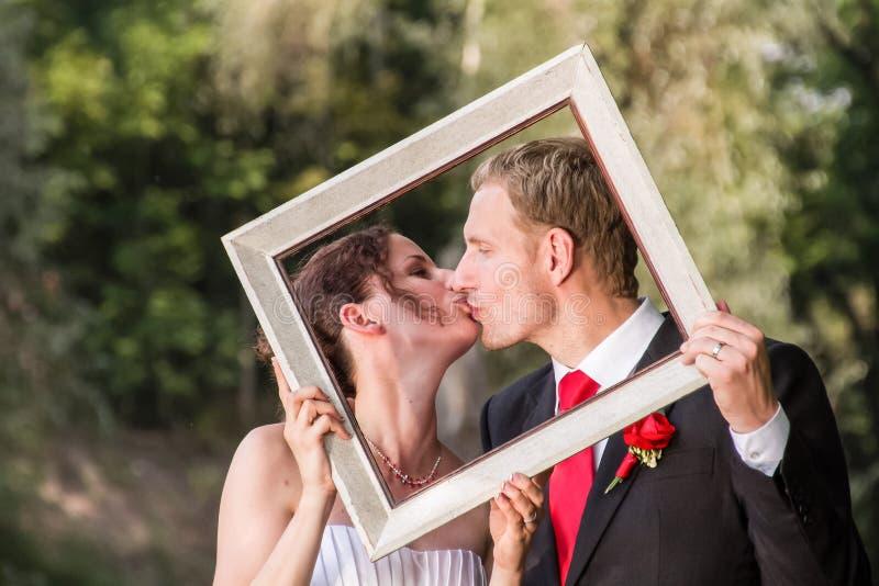 Hochzeitspaare im Rahmen lizenzfreie stockfotos