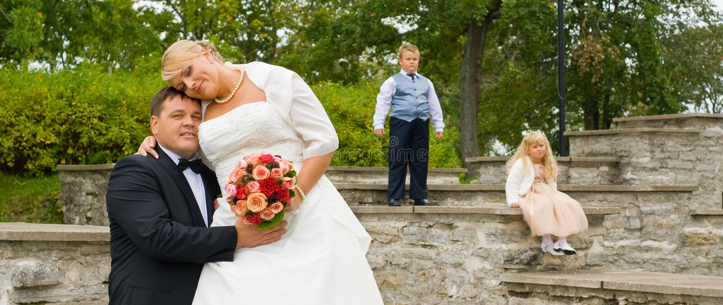 Hochzeitspaare mit Kindern lizenzfreies stockbild