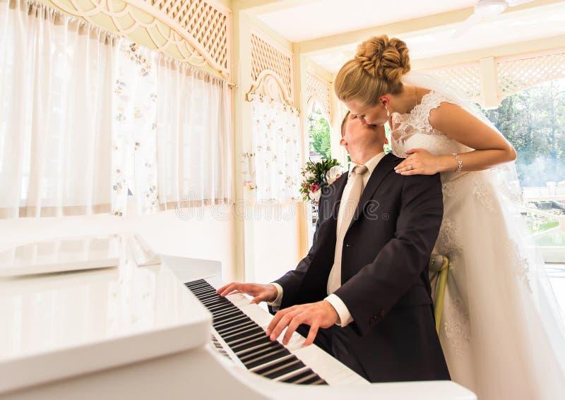 Hochzeitspaare mit Klavier stockbild