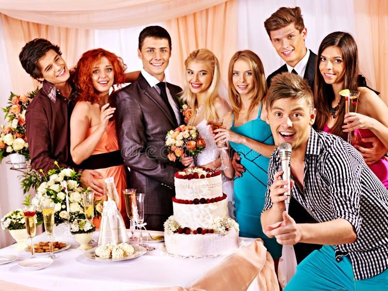 Hochzeitspaare und -gäste singen Lied lizenzfreies stockbild