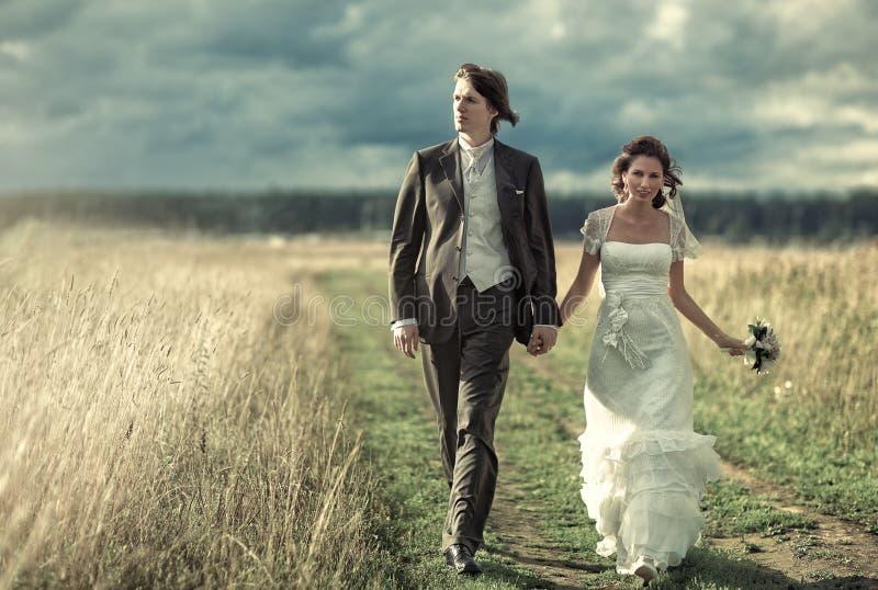 Hochzeitspaargehen stockbild