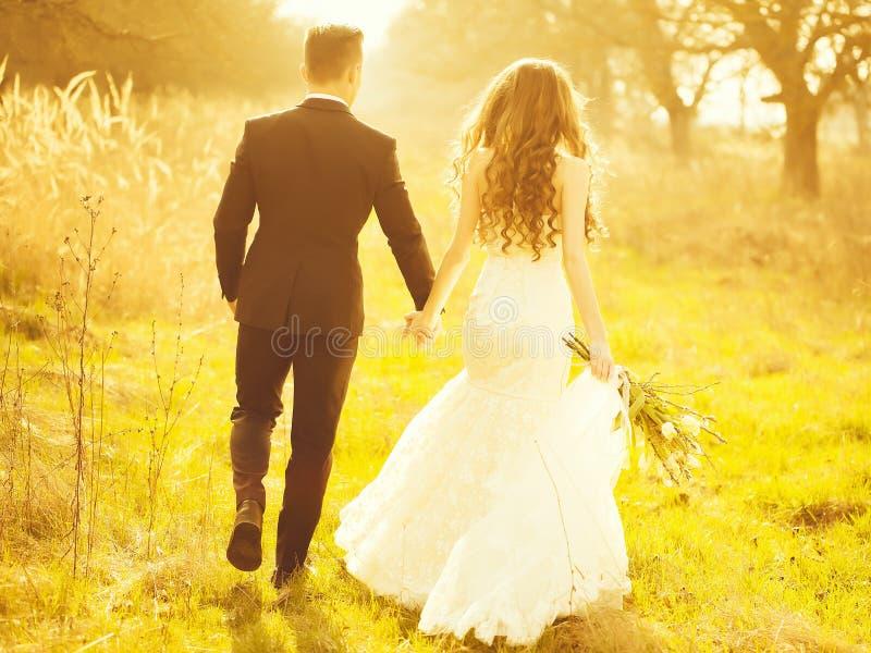 Hochzeitspaargehen im Freien lizenzfreie stockfotografie