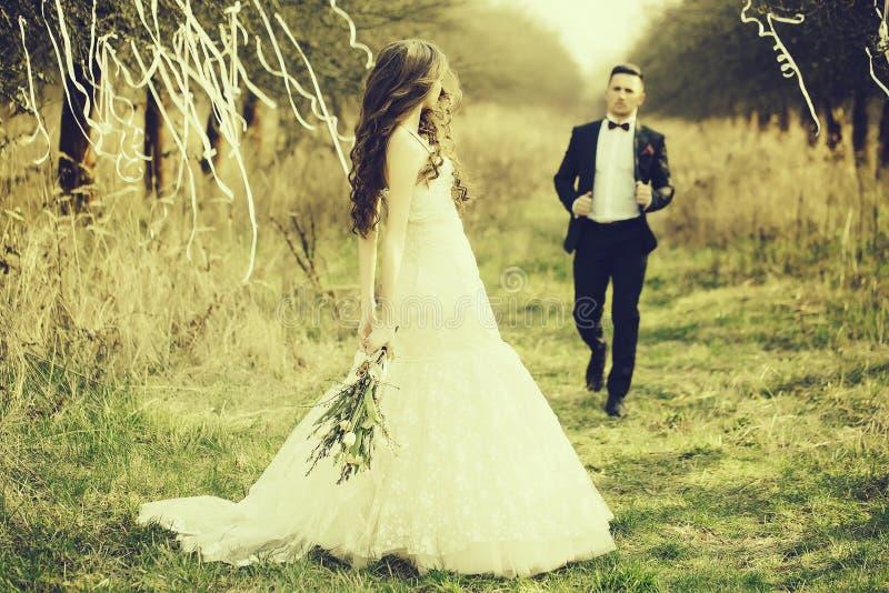Hochzeitspaargehen im Freien stockbilder