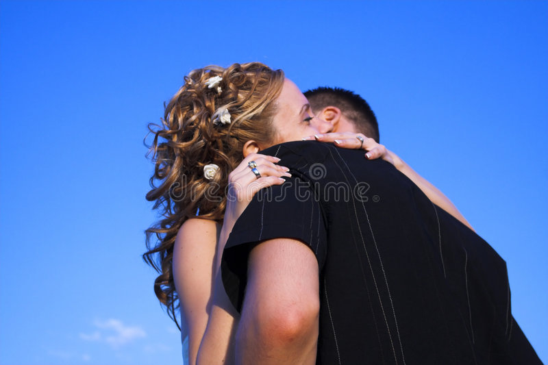 Hochzeitspaarumarmung lizenzfreie stockbilder