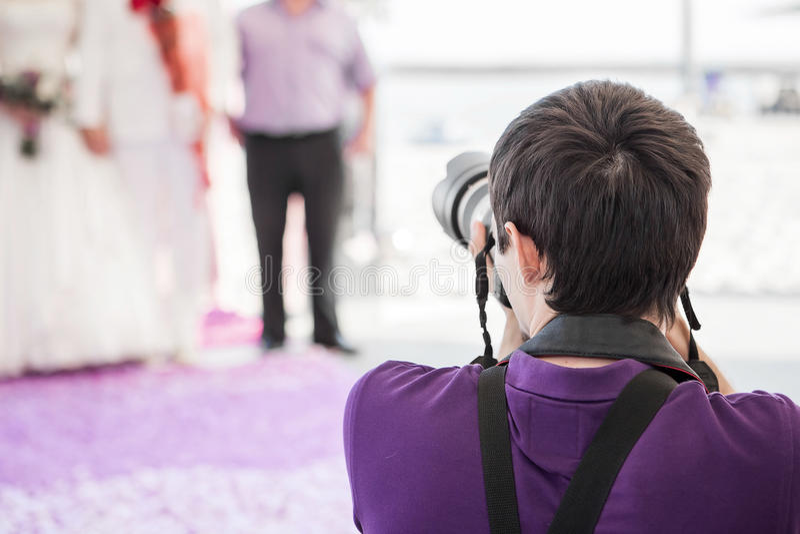 Hochzeitsphotograph in der Aktion stockfotografie