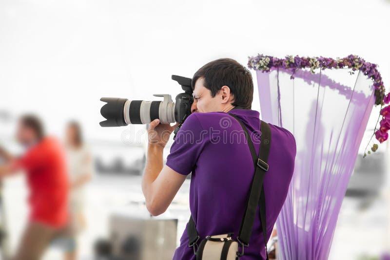 Hochzeitsphotograph in der Aktion stockfoto