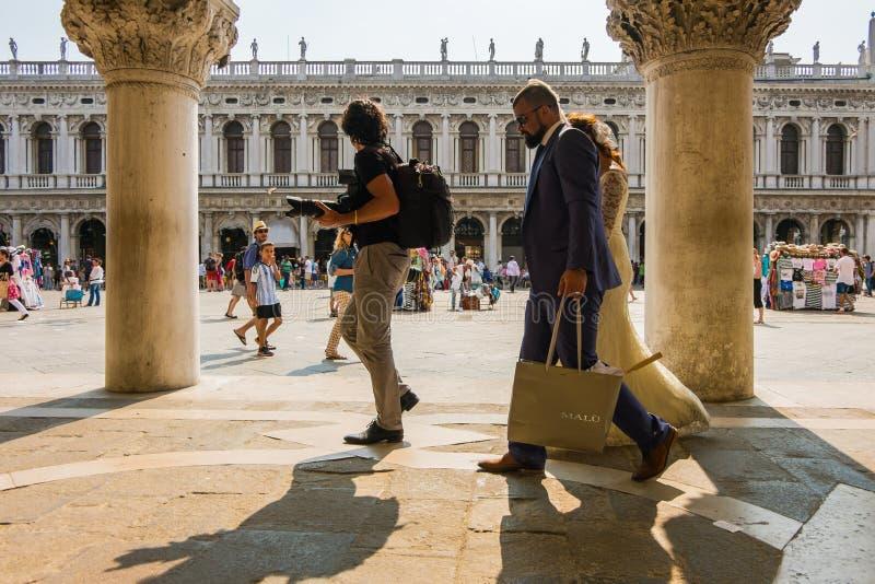 Hochzeitsphotographie in Venedig: Eine populäre Tendenz auf dieser romantischen Insel lizenzfreie stockbilder