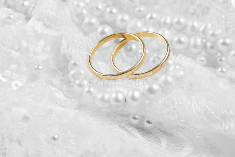 Hochzeitsringe über silbernem backgound lizenzfreies stockfoto