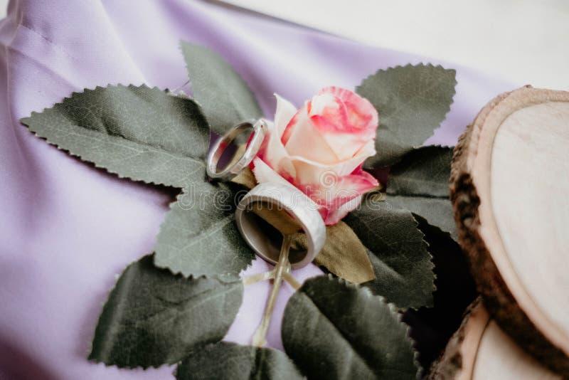 Hochzeitsringe auf Blume stockfoto